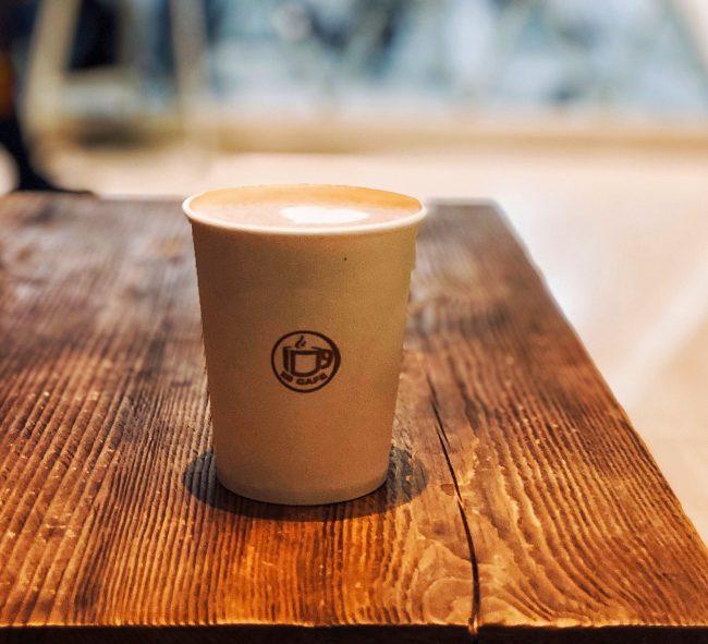 café gobelet utile pour réaliser des videos graphiste freelance