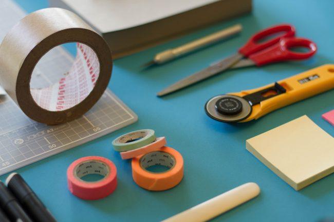 masking tape scotch coloré pour hack video graphiste freelance