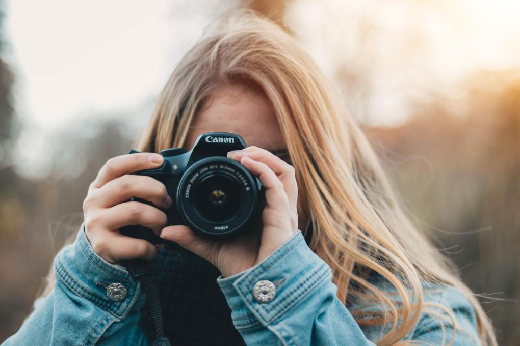 femme de face qui prend une photo