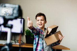 Le Parlement adopte une loi pour encadrer le travail des enfants influenceurs
